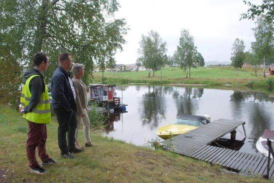 Mikael Persson, samhällsplanerare, Tobias Eriksson (S), kommunstyrelsens vice ordförande och Gunilla Ingemyr (C), kommunstyrelsens ordförande, vid platsen där den nya gång- och cykelbron över Frykensundet ska byggas.