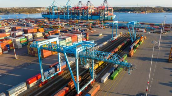 Efter den den 140 mil långa resan från Piteå rullar tågen direkt in på Göteborgs hamns containerterminal. Där kan lasten lyftas direkt på fartyg för vidare transport ut i världen.