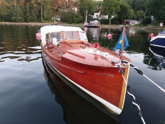 Motorkryssaren Albatross ritades av den välkände konstruktören C G Pettersson och byggdes 1928 på Bröderna Larssons varv i Kristinehamn. Båten tillhör den tidiga generationen exklusiva fritidsbåtar, där varje båt hade en unik ritning.