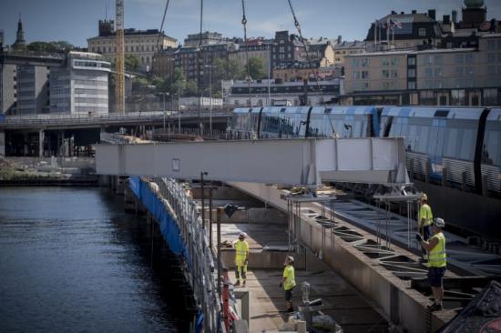 Byte av brobalkar på Söderströmsbron sommaren 2018.