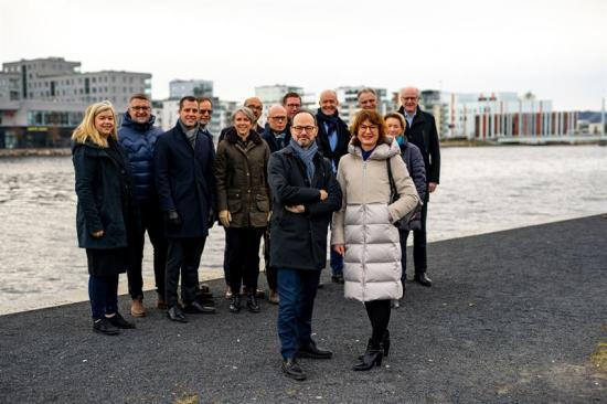 Infrastrukturminister Tomas Eneroth och Helena Zar Vallin, vd för Handelskammaren Jönköpings län, pratade vikten av ny stambana tillsammans med regionens näringsliv.