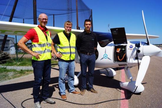 Anders Fredriksson, Serneke; Måns Theorin, Aeroklubben i Göteborg samt Nejc Faganelj, testpilot på Pipistrel är stolta över att Sveriges första serietillverkade elflygplan får sin bas på Säve flygplats.