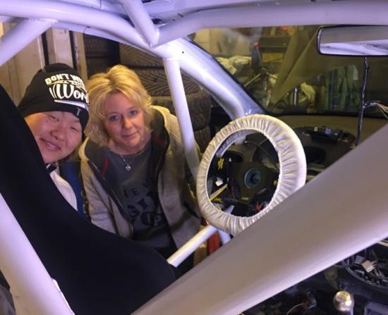 Hanna Rennergård och team-ansvariga Jenny Lidén inspekterar bygget av rallybilen.