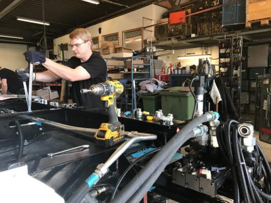 Här bygger Daniel Blom på den nya släpvagnen, som Atrans visar upp för första gången på MITTIA-mässan i Ljusdal.