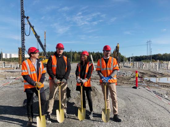 Här tas första spadtagen för logistikanläggningen som Logicenters och Skanska utvecklar i Arlandastad.