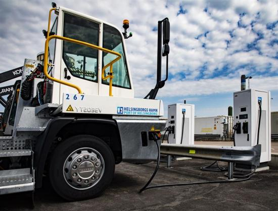 ABB laddar nya dragbilar i Helsingborgs Hamn.