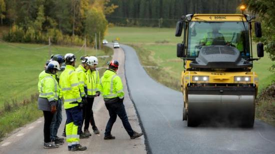 Svevia testar en asfalt med lägre klimatpåverkan på en vägsträcka utanför Gnesta.
