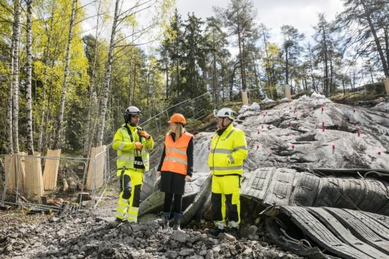 Miljöborgarrådet Katarina Luhr pratar med de ansvariga från entreprenören YIT efter den första sprängningen för nya avloppstunneln.